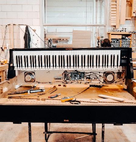 Digitale piano, ingebouwd in een akoestische piano
